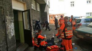 Wypadł z okna, ranił nożem policjantów