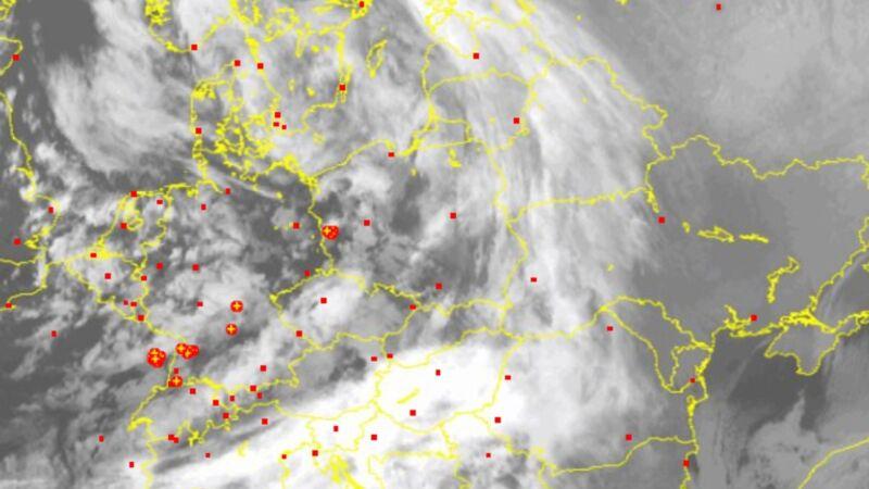 Wyładowania atmosferyczne nad Polską oznaczono plusami - godz. 20.45